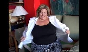 Fat pulchritudinous elderly spunker copulates will not hear of soaking wringing wet pussy